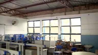 Alunos seguem sem aulas em Porto Alegre por condições precárias de escola - Secretaria da Educação prometeu começar as obras nos próximos dez dias.