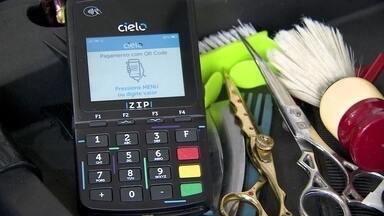 Barbearia usa máquina de cartão rápida e compacta para pagamento em qualquer lugar - No salão em uma comunidade na Zona Sul de São Paulo, o empresário usa a Cielo Zip, máquina de cartão rápida e pequena que cabe no bolso. Ela aceita mais de 80 bandeiras de cartão.