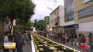 Tapetes de Corpus Christi enfeitam ruas de Cachoeiro de Itapemirim, ES - Voluntários viraram a noite confeccionando os tapetes.