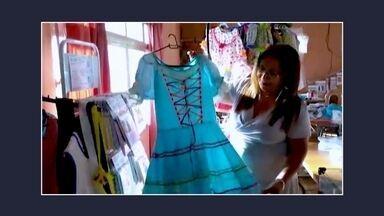 """Empreendedora fatura com a venda de vestidos de festas junina - A empreendedora Odeilde Juliana da Silva Santos, que mora em Munhoz, em Minas Gerais, está de olho na oportunidade de produzir e vender vestidos de festas juninas. Ela conta a história no quadro """"VC no PEGN""""."""