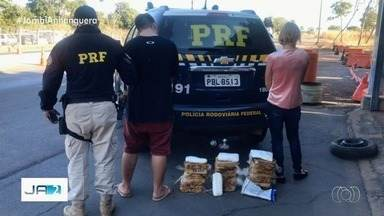 Mãe e filho são presos com 20 kg de cocaína em fundo falso de um carro em Alvorada do Nort - Apreensão foi feita pela PRF na BR-020. Os dois foram levados com a droga apreendida para a delegacia do município de Posse.