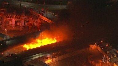 Prefeitura de São Paulo interdita ponte atingida por incêndio, na Zona Oeste - O fogo destruiu 40 barracos que ficavam embaixo da ponte e deixou cerca de cem pessoas desabrigadas.