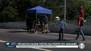 Ponte do Jaguaré é liberada para pedestres e ciclistas, mas segue interditada para carros - Técnicos fazem testes para avaliar a segurança no local.
