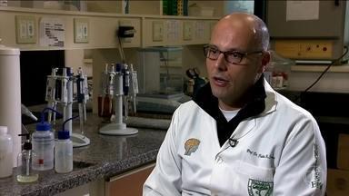 """Remédio usado por pacientes com Parkinson causa arritmia cardíaca, mostra pesquisa - A pesquisa brasileira confirmou que o remédio domperidona, usado para tratar enjoo e ânsia de vômito em pacientes com Parkinson, aumenta o risco de arritmia cardíaca. Os resultados foram publicados na revista """"Nature""""."""