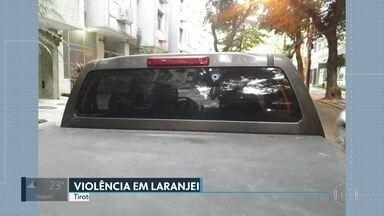 Tiroteio assusta moradores de Laranjeiras, na Zona Sul do Rio - Disparos atingiram carro e portão de prédio.