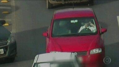 Pesquisa revela que um em cada cinco motoristas admite usar o celular ao volante - Dados fazem parte de uma pesquisa do Ministério da Saúde. Essa infração é considerada gravíssima e um dos maiores perigos no trânsito.