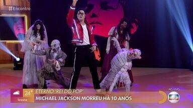 Rodrigo Teaser se apresenta com 'Thriller' - Música é um marco do pop mundial