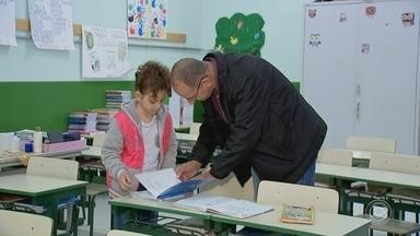 Escola pública de Porto Feliz envolve pais na rotina dos alunos - Em Porto Feliz (SP), uma iniciativa em uma escola pública está mudando a realidade de uma comunidade. Professores e alunos contam com o envolvimento dos pais na rotina da unidade.