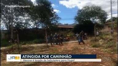 Menina fica ferida ao ser atingida na cabeça por tampa que se soltou de caminhão, em Goiás - Vítima teve traumatismo e ficou inconsciente após o impacto da batida e precisou ser socorrida pelo helicóptero do Corpo de Bombeiros. Ela foi levada para o Hugol.