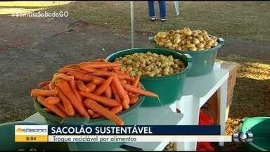 Projeto troca materiais recicláveis por alimentos, roupas e plantas, em Goiânia - Itens precisam estar limpos e secos. Chamada de Sacolão Sustentável, ação também conta com palestras sobre o descarte correto de lixo.