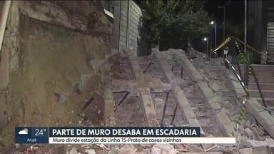 Parte de muro de estação da Linha 15-Prata desaba em área de circulação de pessoas - O muro divide estação Camilo Haddad de casas vizinhas no bairro São Lucas. Ninguém se feriu.