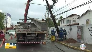 Motorista perde controle de carro e bate em poste em Olinda - Parte da região ficou sem energia elétrica.