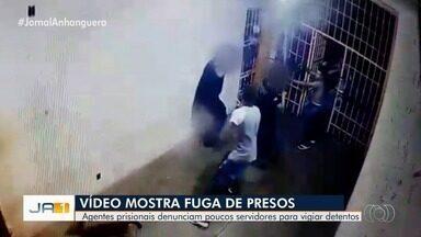 Vídeo mostra presos rendendo agentes durante fuga na CPP em abril - Detento armado aborda agentes penitenciários no Complexo Prisional de Aparecida de Goiânia. Os dois funcionários foram colocados dentro da cela e os 24 presos fugiram em seguida.