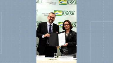 Nova reitora da UFRJ toma posse nesta terça-feira (2) - A professora Denise Carvalho é a primeira mulher a assumir o cargo na UFRJ. Durante o discurso, a reitora disse que a meta é tornar a universidade a melhor da América Latina.