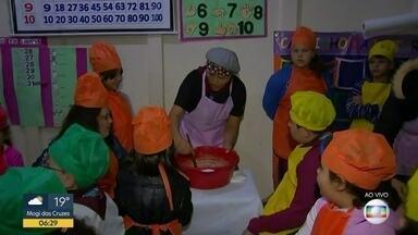 Crianças aprendem a cozinhar na escola - Ao invés de português, matemática e outras matérias, crianças passam as férias na escola, em Guapiara, para aprender a cozinhar.
