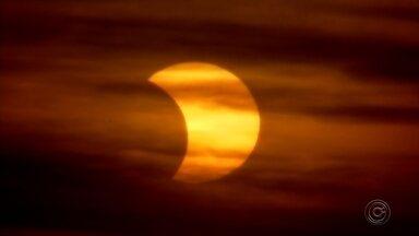 Eclipse solar é visto parcialmente em Rio Preto - O eclipse parcial começou por volta das 17h e pôde ser observado pelos rio-pretenses. Confira algumas fotos do fenômeno.