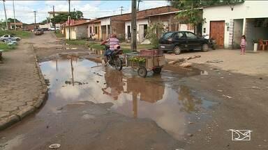 Moradores estão revoltados com a situação crítica de ruas em bairro da capital - Buracos nas ruas do bairro Jaracaty, na capital, estão incomodando os moradores.