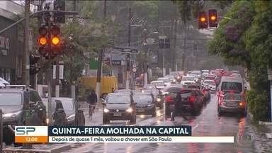 Depois de quase 1 mês, chuva volta à capital - Alguns semáforos não funcionaram e trânsito enroscou em várias regiões.