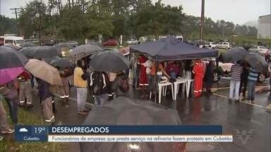 Trabalhadores fazem novo protesto após empresa rescindir contrato em Cubatão - Manifestantes exigem o pagamento dos adiantamentos salariais, além de outros benefícios, em frente à Refinaria Presidente Bernardes (RPBC).