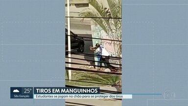 Tiros em Manguinhos,na zona norte do Rio. - Segundo a polícia militar, a PM foi atacada por criminosos durante deslocamento. Alunos de uma escola municipal tiverem que se jogar no chão para proteger dos tiros.