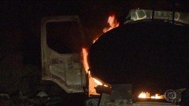 Bandidos incendeiam caminhão que levava combustível para abastecer helicópteros do Ibama - O ataque foi em Rondônia. A polícia suspeita que o incêndio tenha sido causado por pessoas que trabalham para madeireiros.