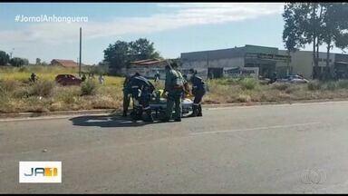 Mulher cai de carro em movimento na BR-040, em Aparecida de Goiânia - De acordo com a equipe que a socorreu, ela teve fraturas em várias partes do corpo, como braços, perna e quadril.