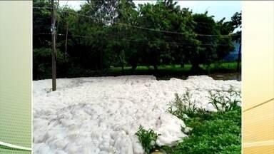 Forte chuva espalha espuma tóxica no rio Tietê, no interior de São Paulo - Defesa Civil informou que a vazão do rio está duas vezes maior que o comum e que precisou abrir todas as comportas devido a forte chuva.