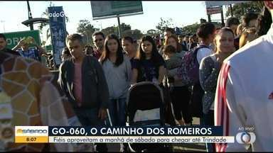 Centenas de romeiros chegam a Trindade da manhã deste sábado (6) - Fila para chegar à barraca da OVG fica quilométrica.