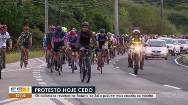 Ciclistas fazem protesto em Vila Velha, ES, após acidente de trânsito com atletas - Centenas de ciclistas percorreram ruas e avenidas de Vila Velha para pedir aos motoristas conscientização e respeito às leis de trânsito.