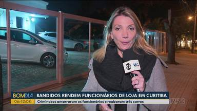 Bandidos rendem funcionários e roubam carros de loja em Curitiba - Criminosos amarraram os funcionários e levaram três carros.
