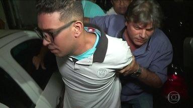 Polícia prende homem que jogou soda cáustica no rosto da ex-mulher - William Cesar se apresentou à delegacia da mulher e foi levado para um presídio na região metropolitana de Recife. A ex-mulher, Maiara Araújo sofreu queimaduras, respira por aparelhos e corre o risco de perder a visão.