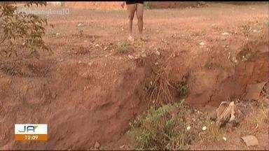 Moradores cobram solução para buracos causados por erosões no setor Santa Fé l - Moradores cobram solução para buracos causados por erosões no setor Santa Fé l