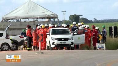Trecho interditado da BR-101 deve ser liberado ainda nesta terça em São Miguel dos Campos - Interdição foi provocada por um vazamento de gás.