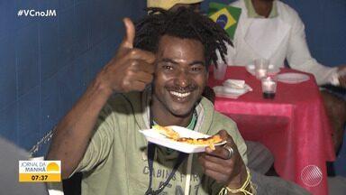Solidariedade: moradores de rua ganham jantar especial em Salvador - Vinte pizzas foram feitas no em um abrigo no bairro do Barbalho.