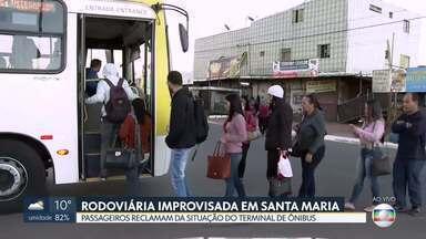 Passageiros de Santa Maria reclamam das condições do terminal - Até 2017, o terminal Rodoviário de Santa Maria, que fica na QR 401, não tinha sido asfaltado. Os passageiros esperam o ônibus em uma estrutura improvisada.
