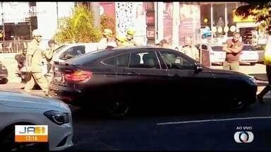 Felipe Araújo é flagrado dormindo dentro de carro no meio da avenida de Goiânia - Sertanejo não tem CNH e parou o carro em local proibido, ao lado do canteiro central da Avenida Jamel Cecílio, em Goiânia.