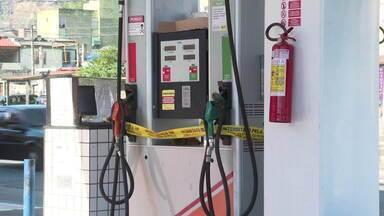 Descoberta fraude em posto de combustíveis em Vila da Penha - Fiscais da ANP e policiais foram ao posto para fazer uma vistoria. Foram descobertos chips que fraudava o volume fornecidos nas bombas de combustível entre 9% e 10%.