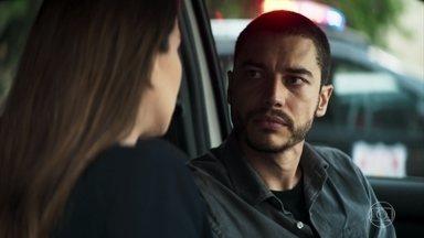 Camilo pede que Fabiana o alerte sobre os encontros de Vivi com Chiclete - Investigador consegue seduzir a irmã da noiva