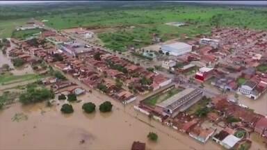 Barragem na Bahia não segura água e prejudica famílias em duas cidades - Cento e vinte famílias que vivem às margens do rio foram retiradas de casa por risco de inundação.