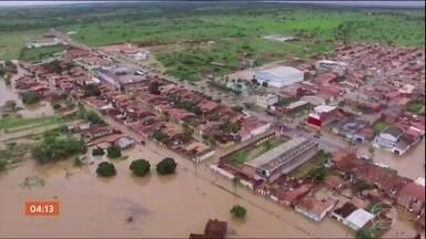 Barragem transborda na Bahia e deixa duas cidades debaixo d'água - Famílias precisaram deixar suas casas às pressas.