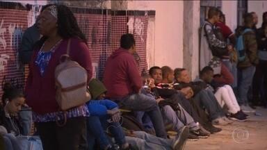 Centenas de pessoas encaram noite fria no Rio em busca de emprego - O feirão é foi promovido pela comunidade católica Gerando Vidas e oferece 815 vagas em lojas e supermercados.