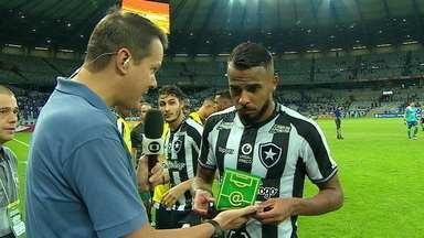 Alex Santana recebe o troféu de craque do jogo, mas não dá entrevista em forma de protesto contra o atraso de salários no Botafogo - Alex Santana recebe o troféu de craque do jogo, mas não dá entrevista em forma de protesto contra o atraso de salários no Botafogo