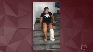 """""""Humilhação"""", desabafa mulher que teve que se arrastar em escada no INSS - Um professor cadeirante foi obrigado a se arrastar pelas escadas de uma agência do INSS, no Rio de Janeiro. Uma situação humilhante e desumana. O Fantástico mostra que episódios como esse estão longe de ser raridade."""