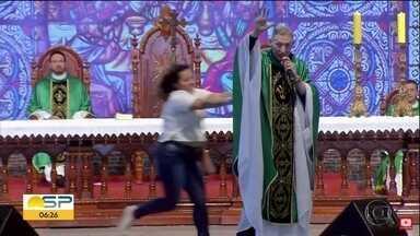 Padre Marcelo Rossi é empurrado e cai do palco durante missa - Mulher que o empurrou foi ouvida na delegacia de cidade vizinha, mas não responderá por nenhum crime.