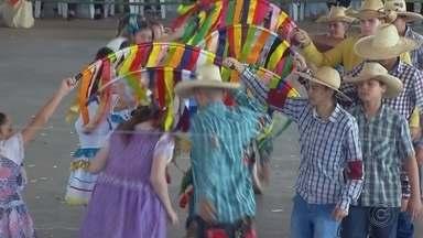 Boraceia promove concurso de quadrilhas juninas - Em Boraceia, um concurso de quadrilhas de festas juninas reuniu cerca de 600 pessoas que mostraram esta tradição do interior paulista.