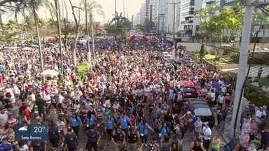 Mais de 20 mil pessoas com seus cães participam da 14ª Cãominhada em Santos, SP - Evento ocorreu na orla da praia da cidade na manhã e tarde deste domingo (14).