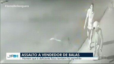 Vídeo mostra deficiente físico de muleta sendo jogado no chão por assaltante, em Rio Verde - Polícia tenta identificar homem filmado por câmera de segurança agredindo e levando celular do vendedor de balas.