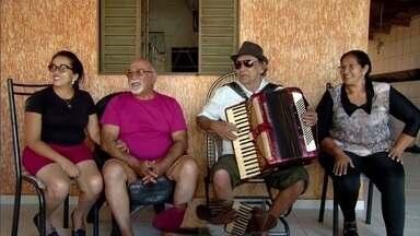 Irmãos se reencontram após mais de 60 anos separados, em Acreúna - Augusto Fernandes da Silva, de 77 anos, se mudou do estado onde morava com os irmãos e perdeu contato com a família. Por meio das redes sociais, Valderi Martisn, de 63, conseguiu localizar o irmão.