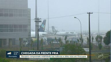 Nevoeiro compromete visibilidade nas rodovias e afeta voos em Viracopos - Rodovias, ruas e avenidas estão com nevoeiro denso na manhã desta terça-feira (16). Aeroporto tem 17 voos cancelados. Veja a lista da Azul Linhas Aéreas.