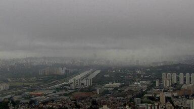 Frente fria provoca queda de temperatura, traz chuva, e sensação térmica de 7 graus - A Grande São Paulo pode ter rajadas de vento de até 50km/h.